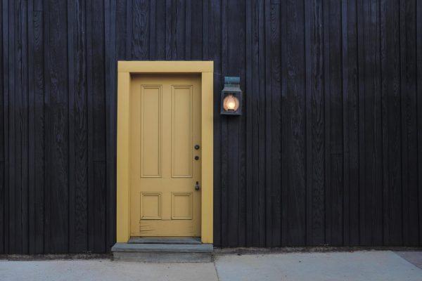 L'ouverture de porte par un serrurier, une facture comprise et maitrisée